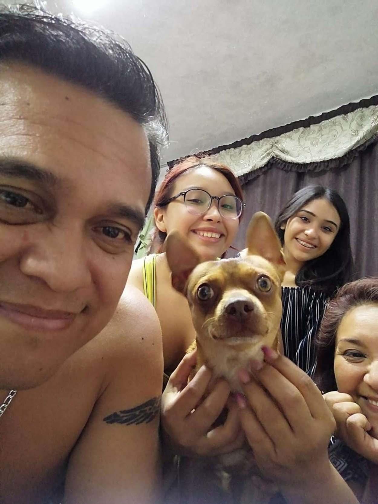 Perrito es muy feliz de que su familia recordará su cumpleaños