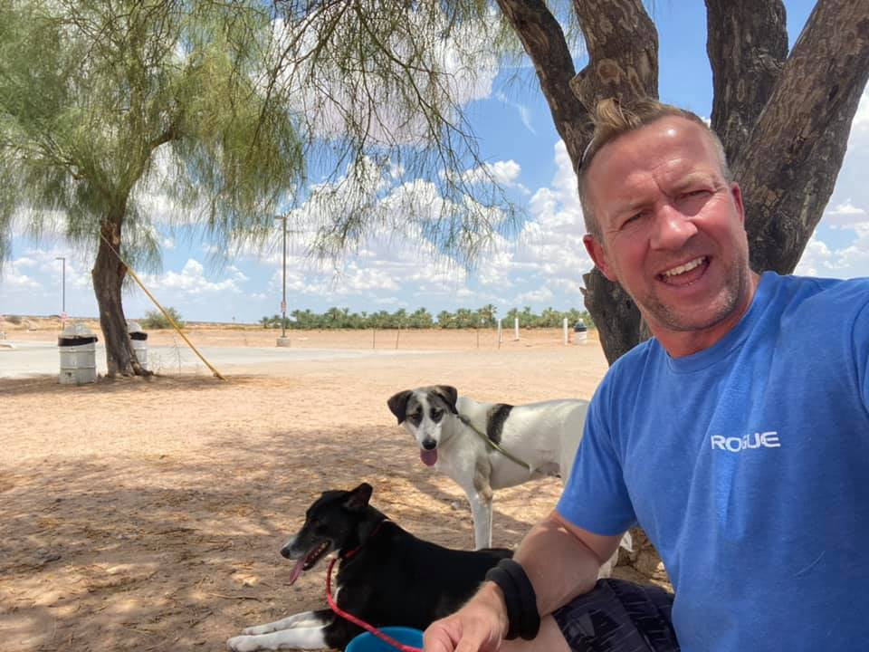 Ex soldado junto a sus perros