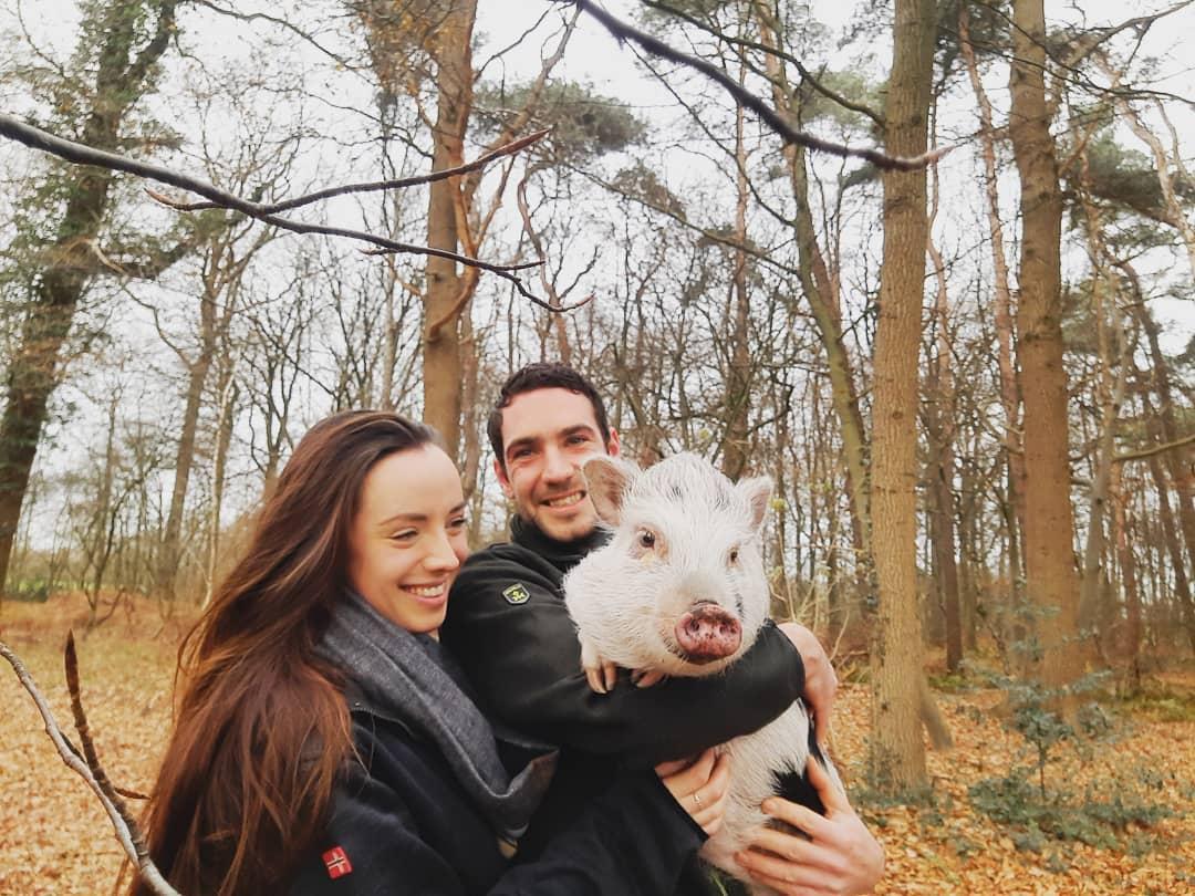 Pareja y su cerdo mascota
